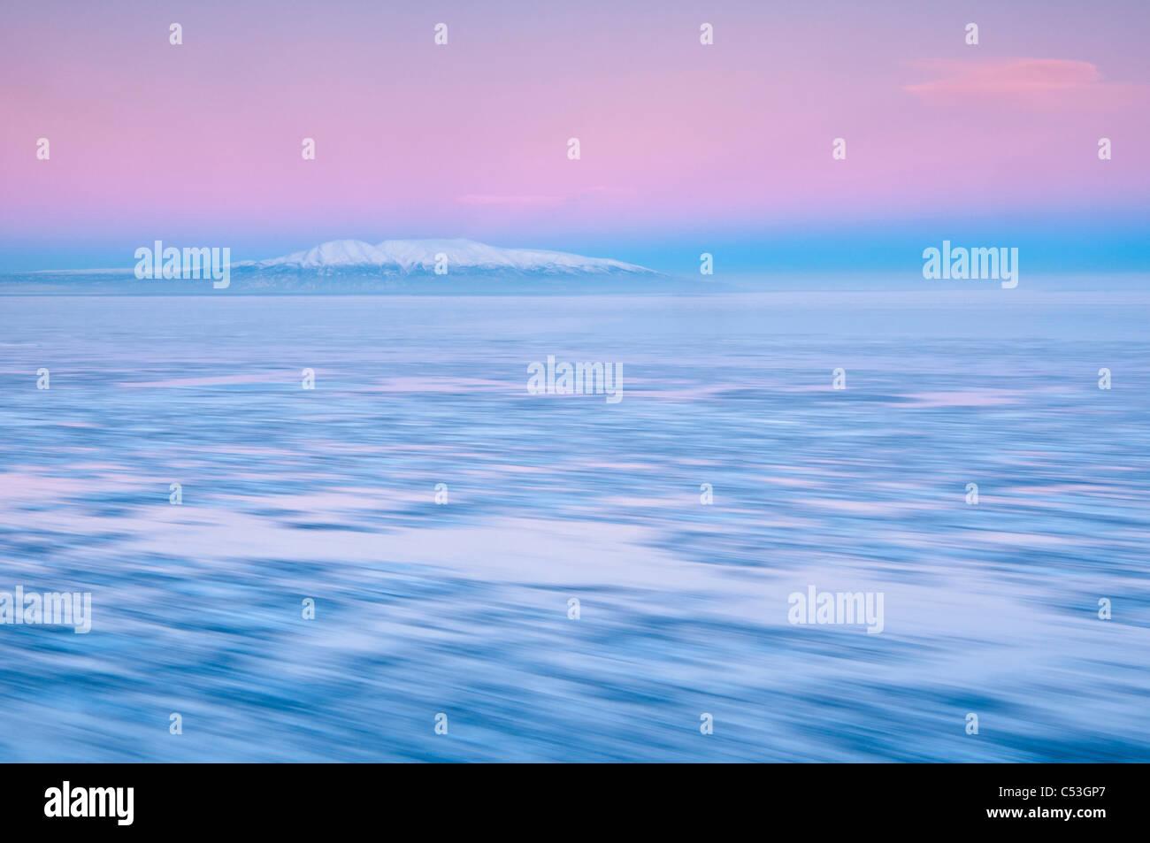 Verschwommen Bewegung Blick auf ausgehende Flut und Eis bei Sonnenaufgang mit Mount Susitna im Hintergrund, Punkt Stockbild