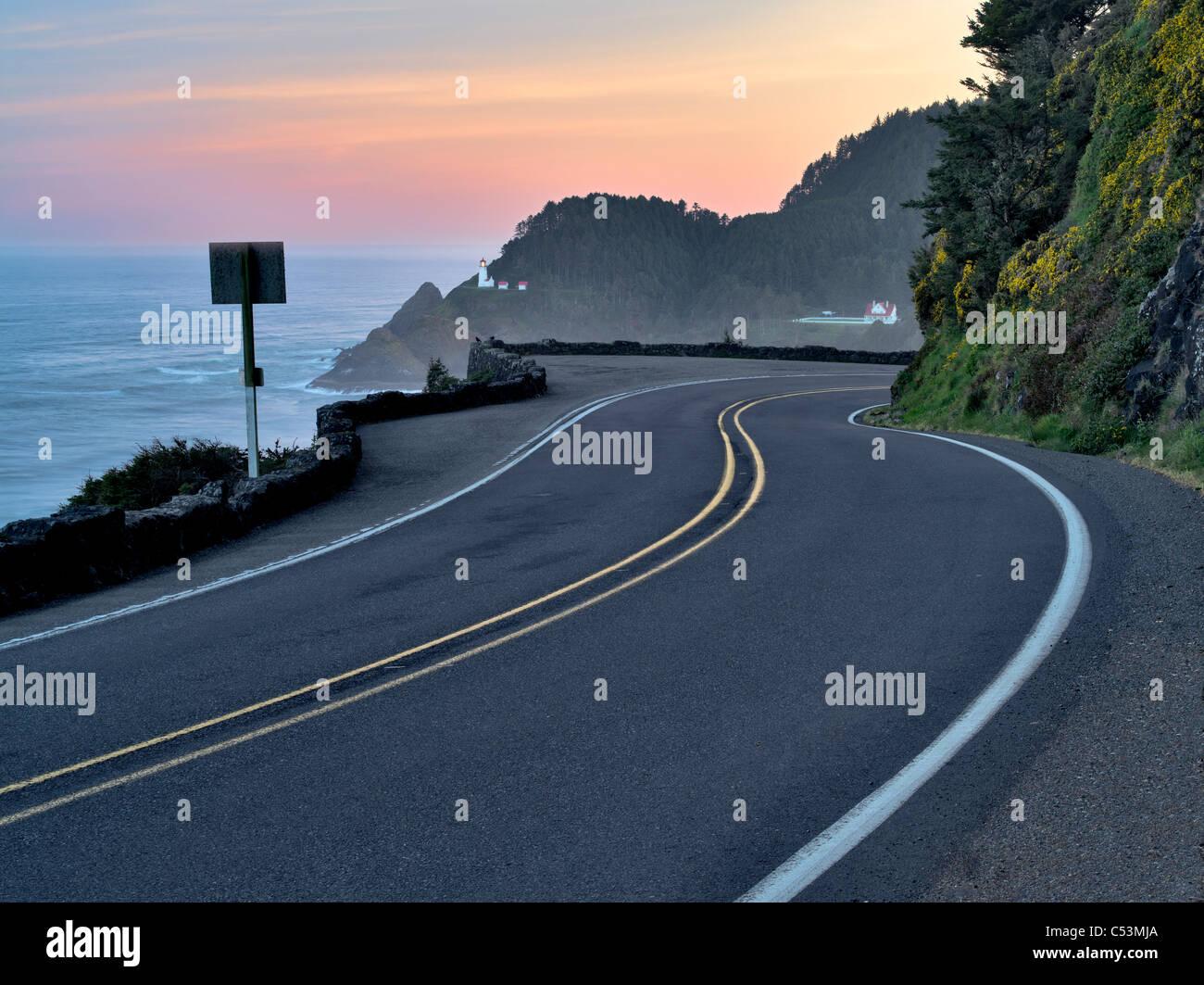 Straße nach Heceta Leuchtturm bei Sonnenaufgang. Oregon Stockbild