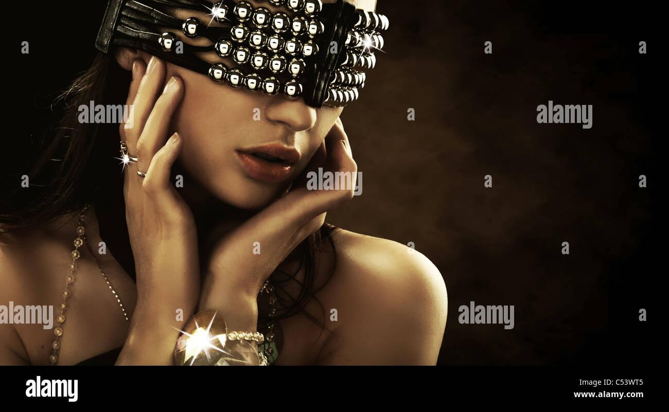 Porträt einer Frau mit bedeckten Augen Stockbild