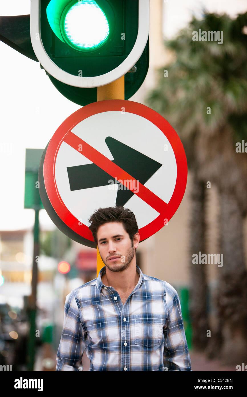 """Mann mit """"No Entry"""" Zeichen und Ampel im Hintergrund Stockbild"""