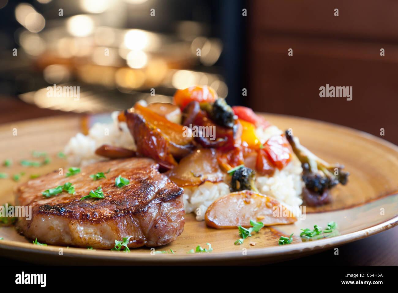 Schweinefleisch, Reis und gebratenem Gemüse Stockbild
