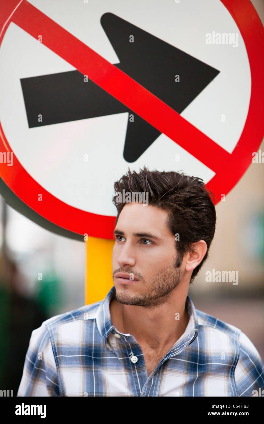 Gut aussehender Mann denken ohne Eintrag Zeichen im Hintergrund Stockbild