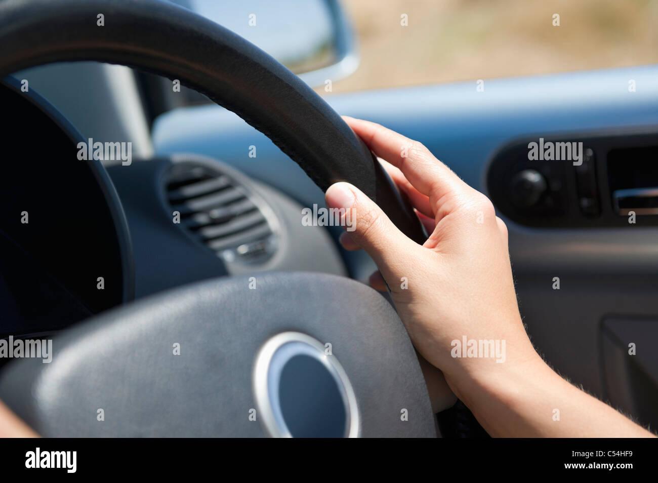 Nahaufnahme von einer jungen Frau Hand mit Lenkrad Stockbild