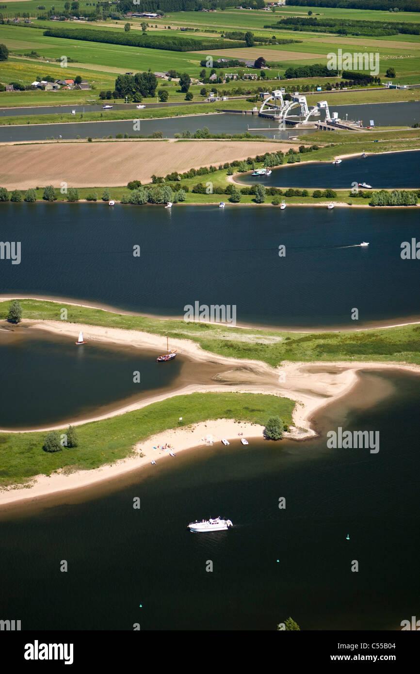 Niederlande, Amerongen: Hochwasserschutz Damm im Fluss Lek, auch genannt: Neder-Rijn. Luft. Stockbild