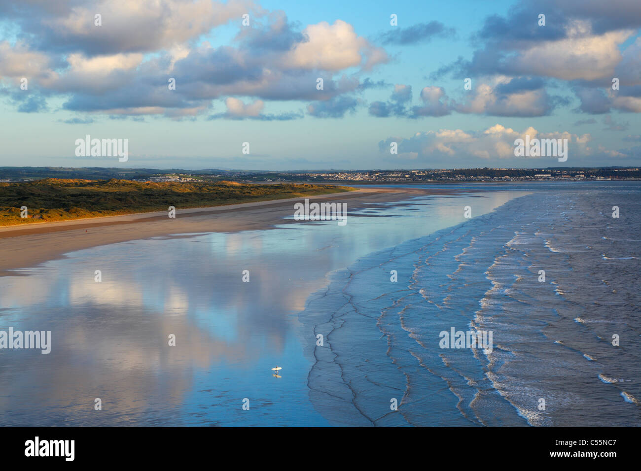Einsamer Surfer im Saunton Sands mit Braunton Burrows hinter. Devon. England. VEREINIGTES KÖNIGREICH. Stockbild
