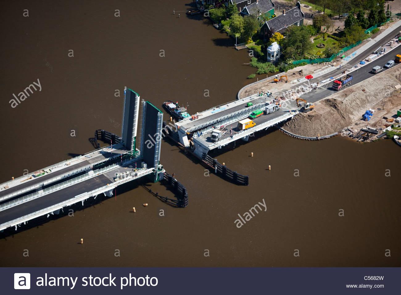 Niederlande, Zaanse Schans, Brücke am Fluss Zaan öffnen zur Reparatur. Luft. Stockbild