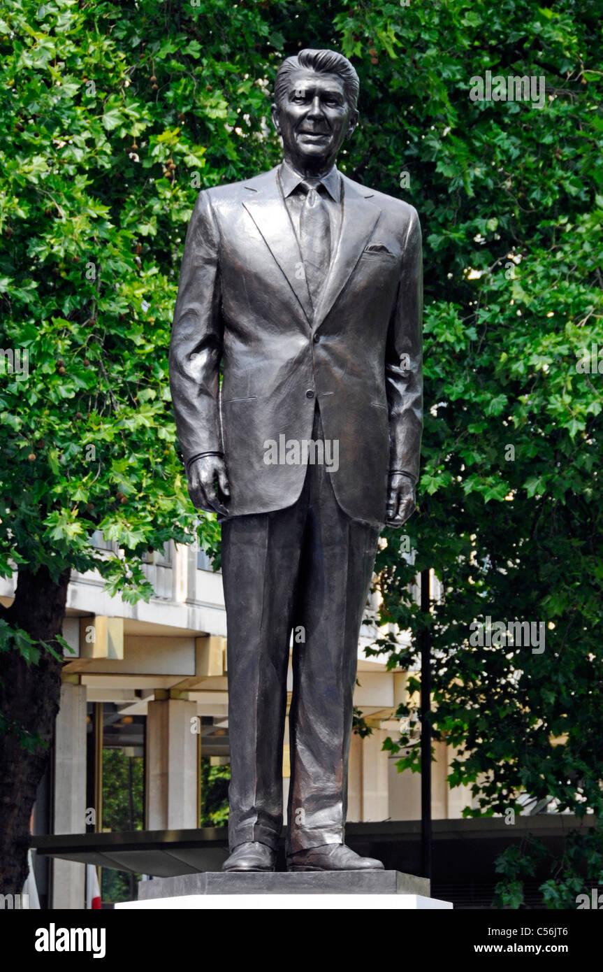 Bronzestatue von Ronald Reagan nach der Enthüllung Zeremonie an der amerikanischen Botschaft in London England Stockbild