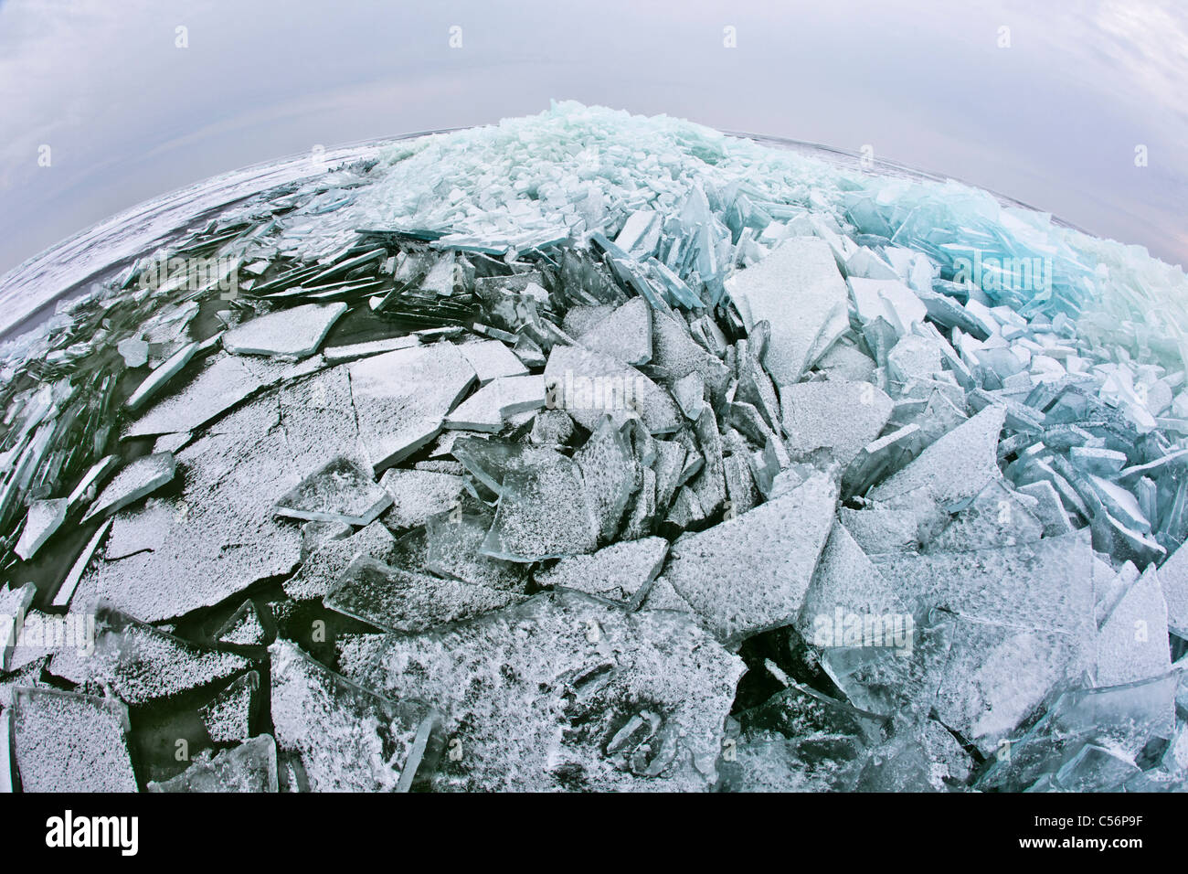 Niederlande, Oosterleek, stapelten sich Eis auf zugefrorenen See IJsselmeer genannt. Stockbild