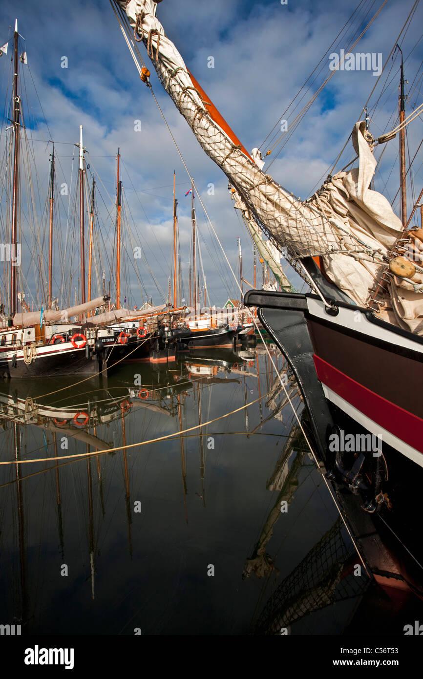 Die Niederlande, Volendam, traditionelle Segelschiffe im Hafen. Stockbild