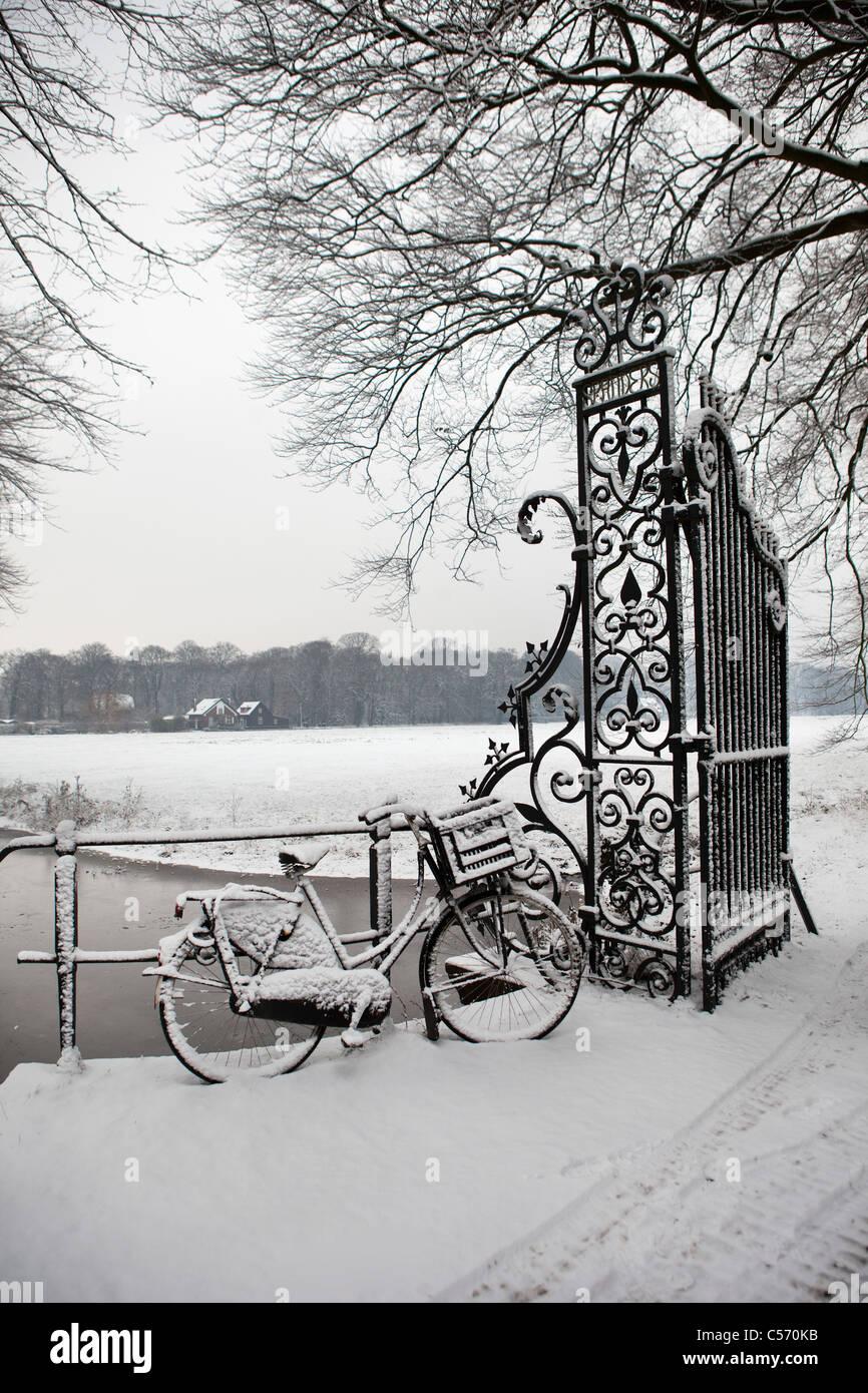 Den Niederlanden's-Graveland, Fahrrad mit Schnee bedeckt. Stockbild