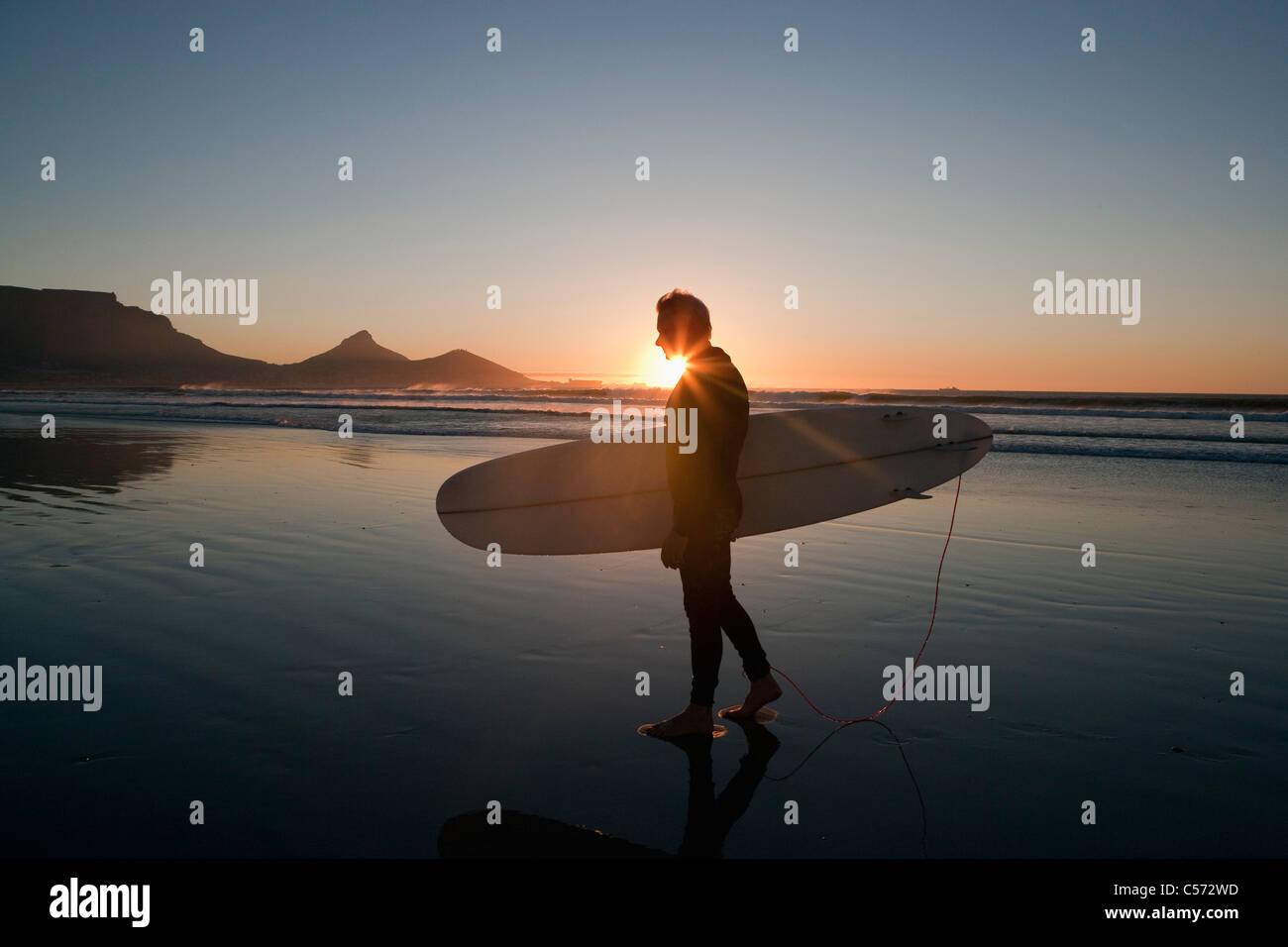 Surfer am Strand zu Fuß Stockbild