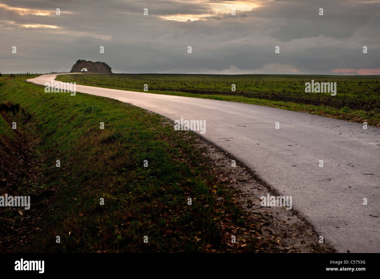 Den Niederlanden, Ootmarsum. Straße bei Sonnenuntergang. Auto. Stockbild