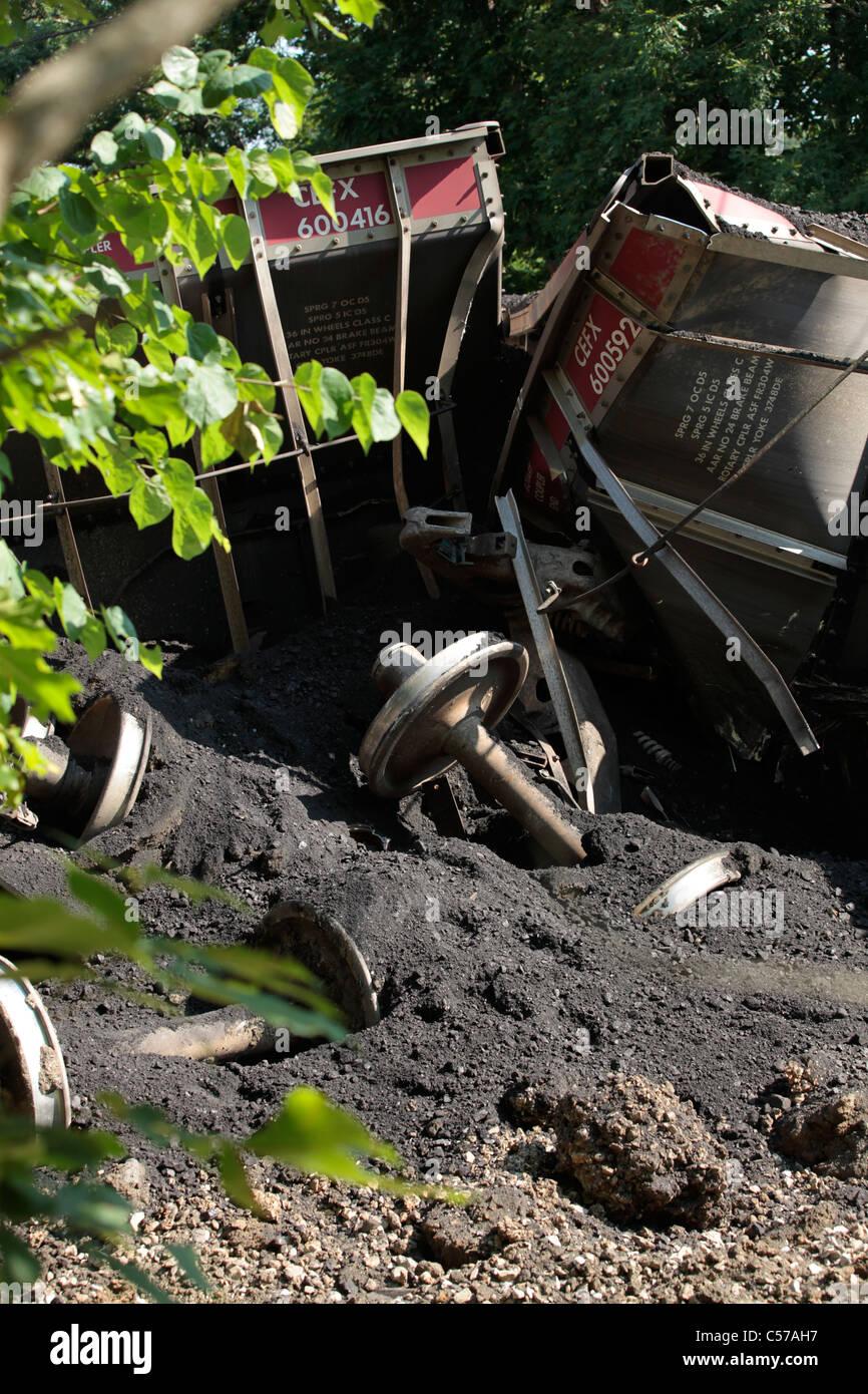 28 Waggons mit Kohle zu Indianapolis Kraftwerk entgleisen auf Garrison Chapel Road in der Nähe von Bloomington, Stockbild