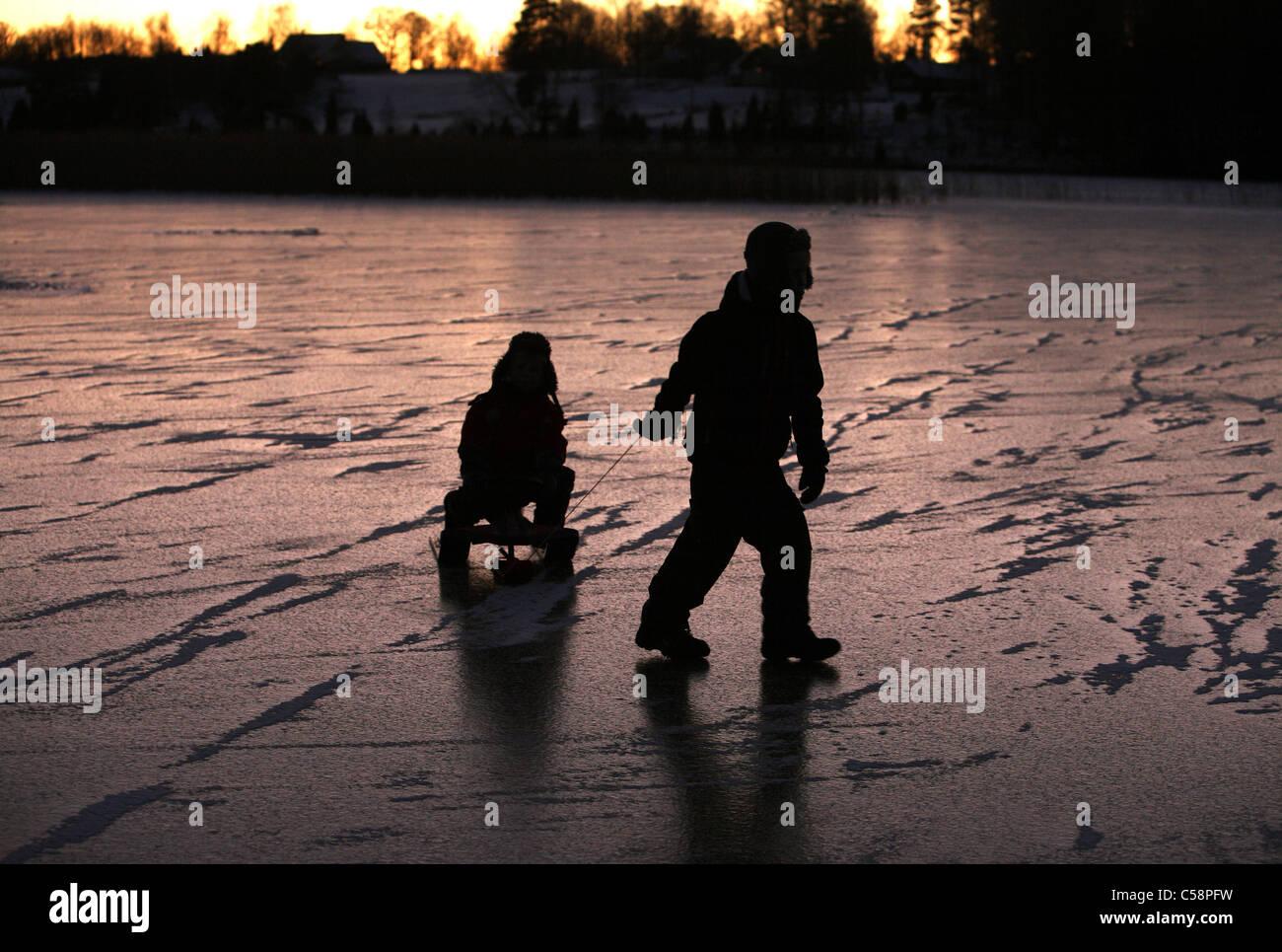 Kinder auf dem zugefrorenen See Stora Bellen, Belloe, Schweden Stockbild
