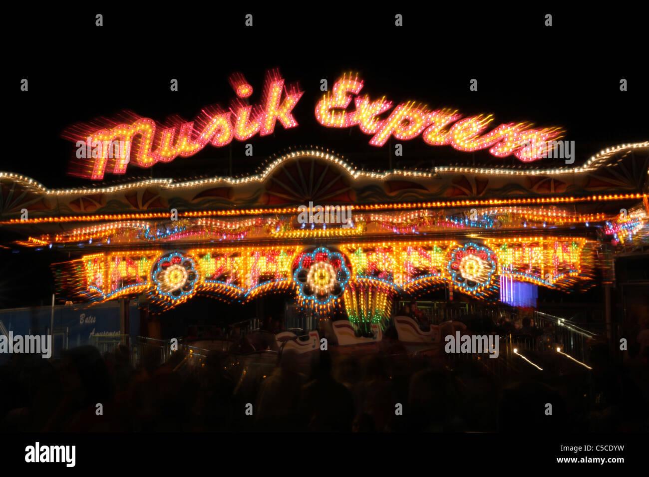 Musik-Express Carnival Ride. Zoom-Objektiv Zoom Effekt während der Belichtung. Canfield Fair. Mahoning County Stockbild