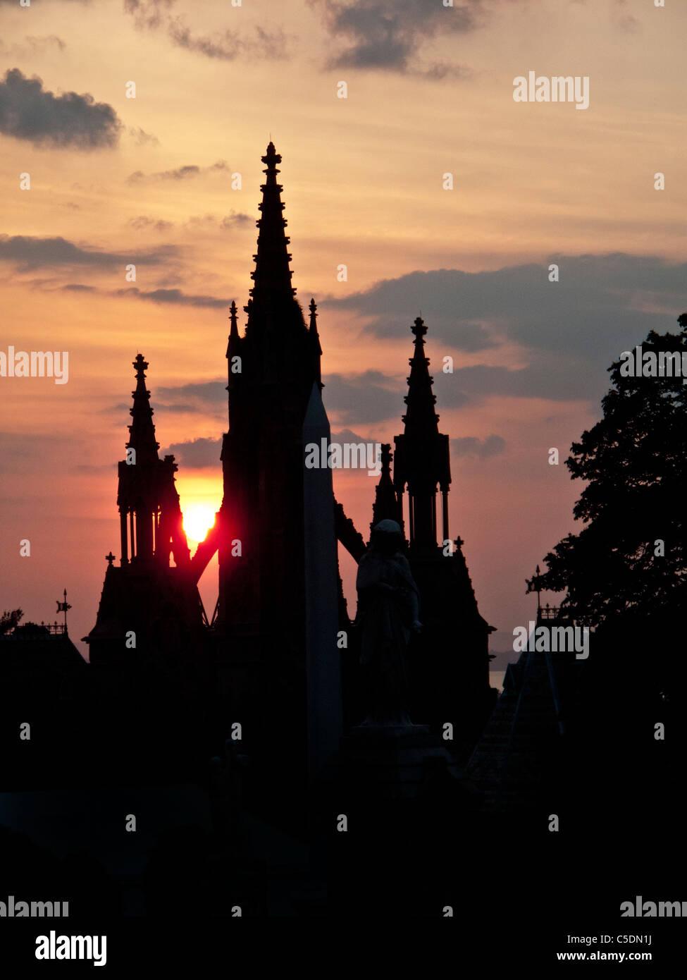 Sonne über den neugotischen Toren von Green-Wood Cemetery in Brooklyn, New York. Stockbild