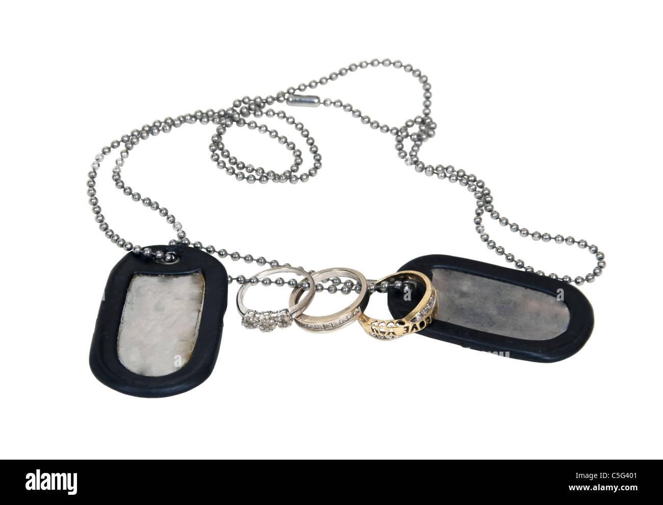 Militärische Erkennungsmarken hergestellt aus Metall mit einer Perlen Kette mit Ehering - inklusive Pfad Stockbild