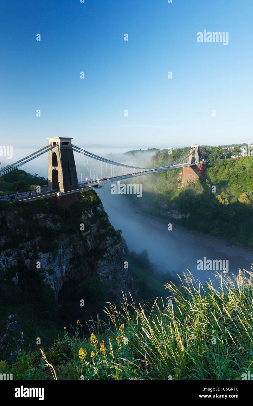 Morgennebel in die Avon-Schlucht am Clifton Suspension Bridge. Bristol. England. VEREINIGTES KÖNIGREICH. Stockbild