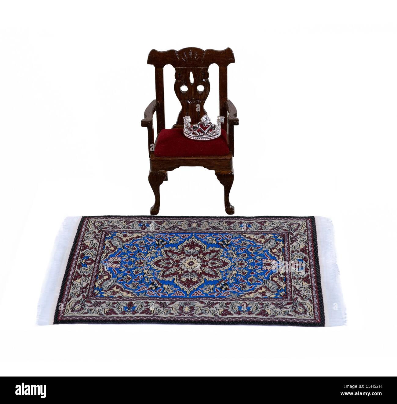 Behandelt wie ein König dargestellt durch einen formalen Holzstuhl mit einer Diamant-Krone mit einer komplizierten Stockbild