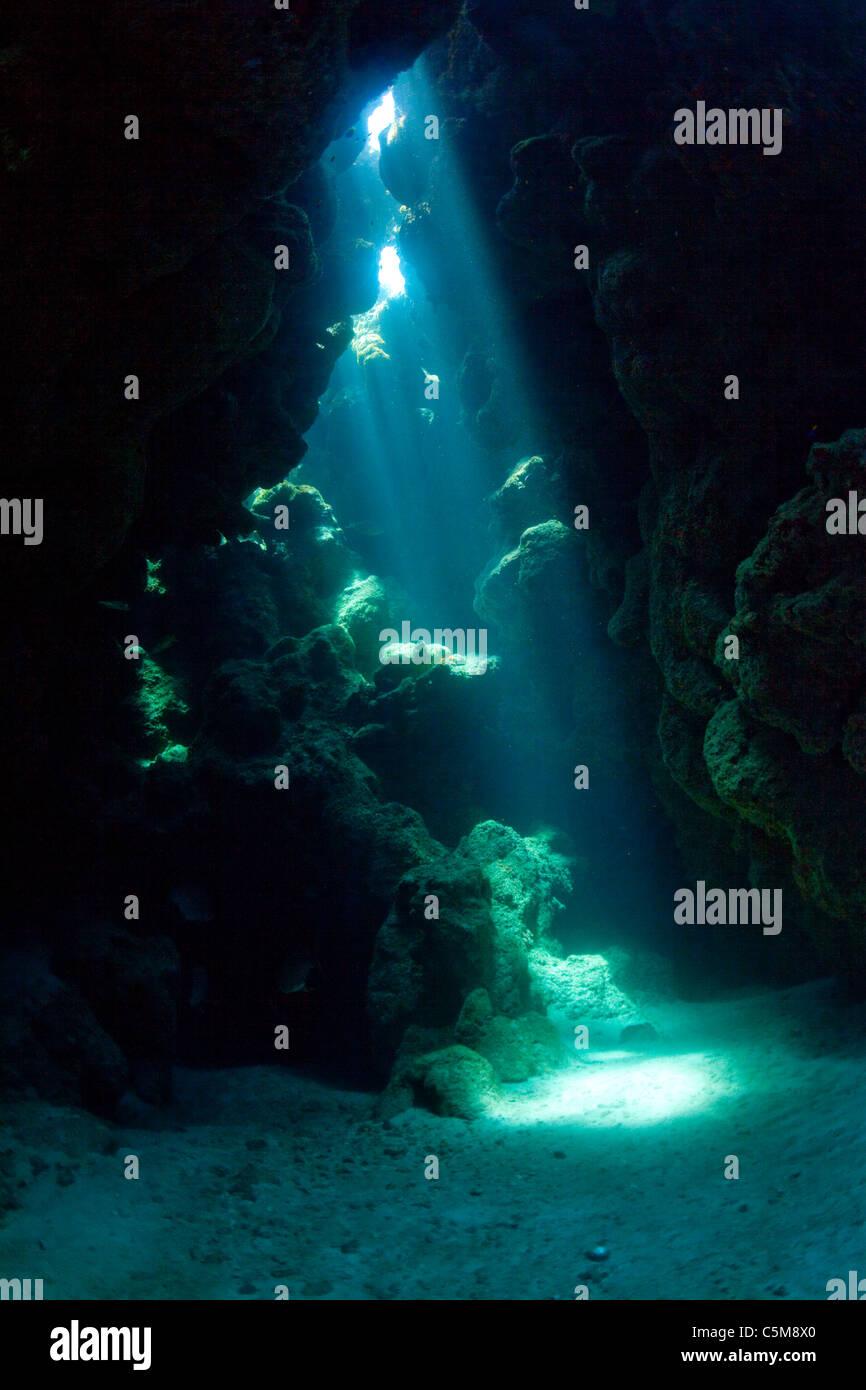 Strahlen von Licht nach unten durch eine Höhle öffnen unter Wasser an der Schwaneninseln, 90 Meilen abseits Stockbild