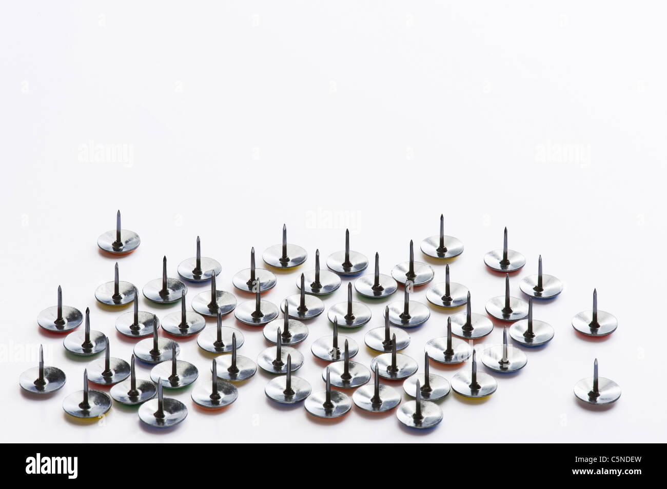 Pins zeichnen auf einer weißen Fläche Stockbild