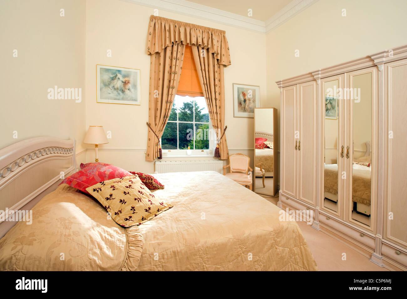 Interieur aus einem traditionellen englischen Schlafzimmer Stockbild