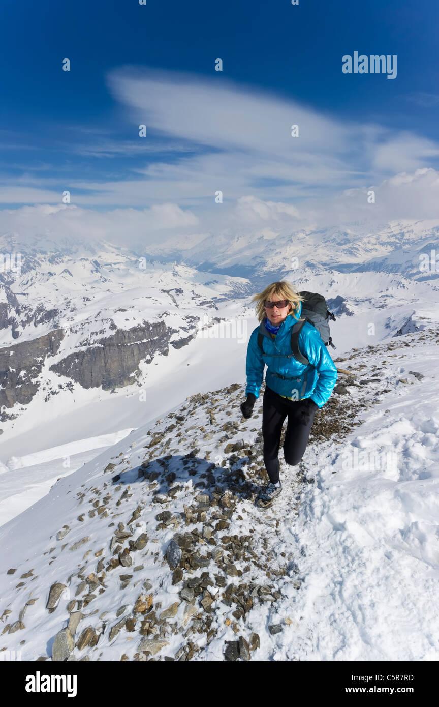 Ein Frauen Joggen im alpinen Hochgebirge. Stockbild