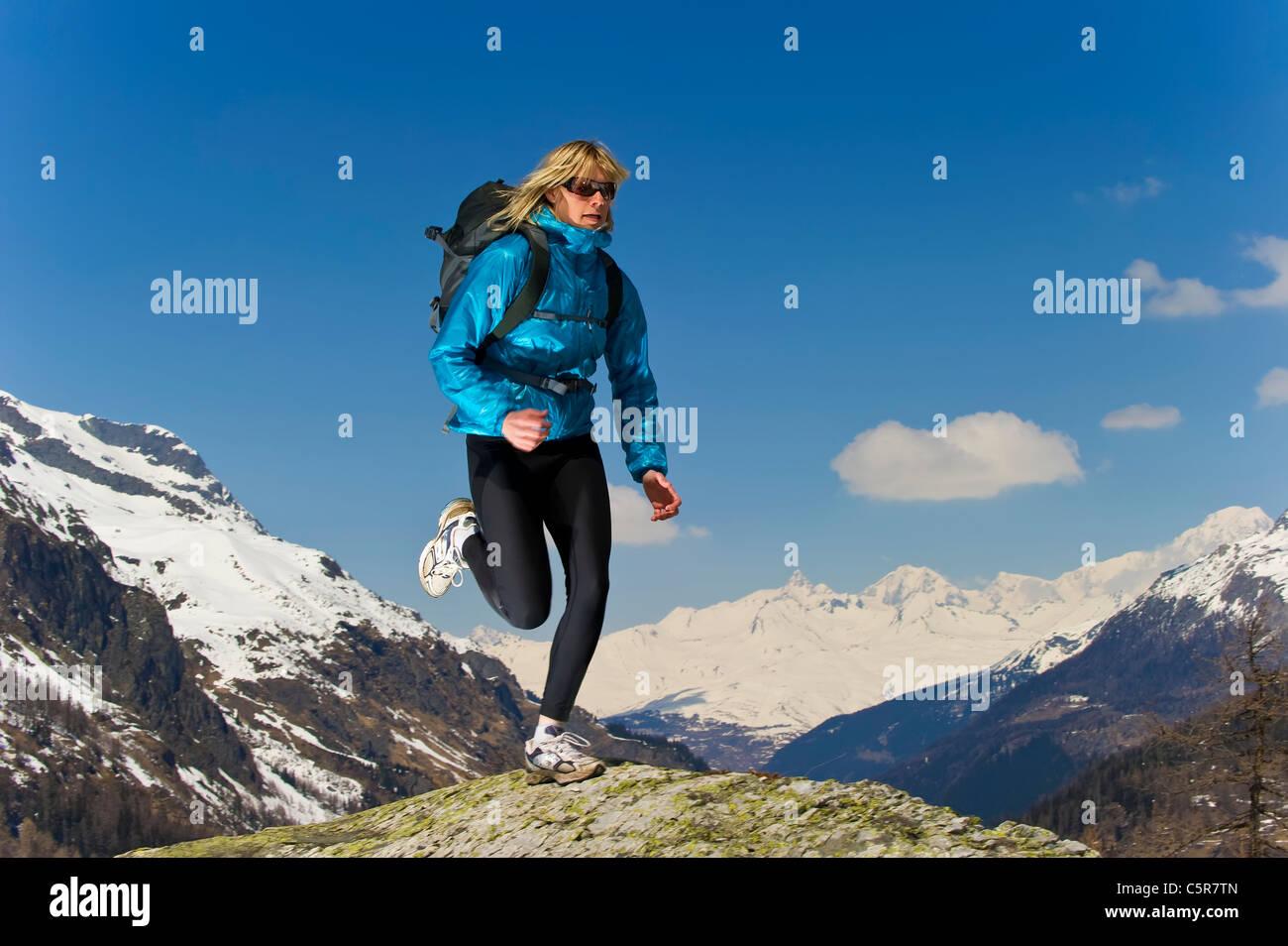 Mädchen Joggen an der Weltspitze. Stockbild