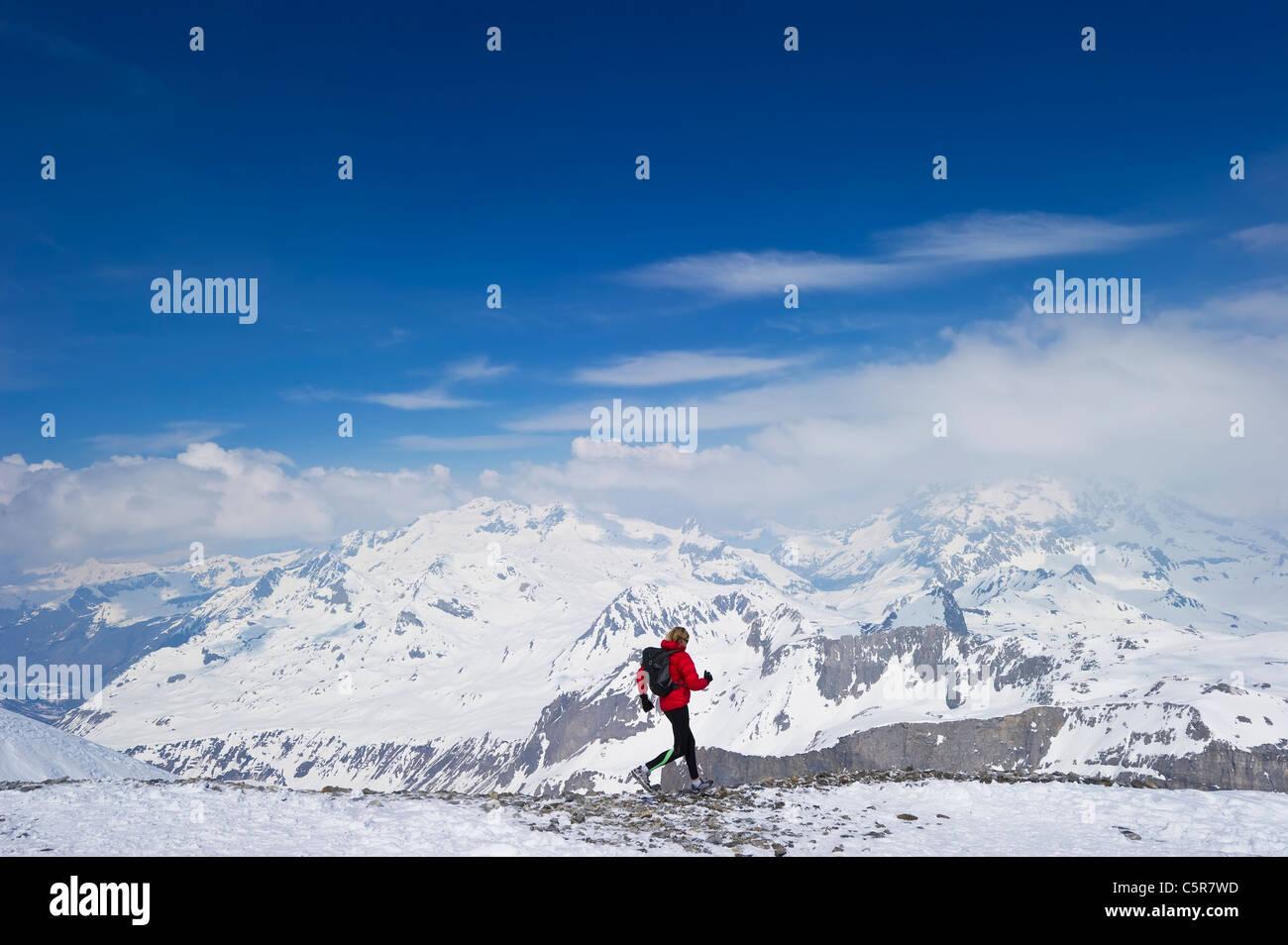 Jogger laufen durch verschneite Gebirge. Stockbild