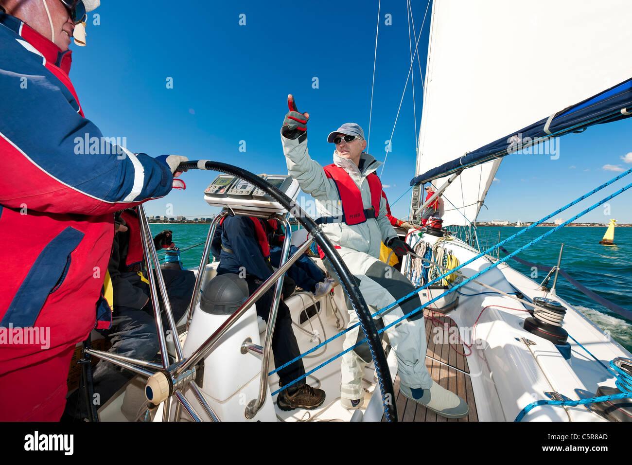 Eine Offshore-Yacht Crew immer bereit für das Rennen. Stockbild