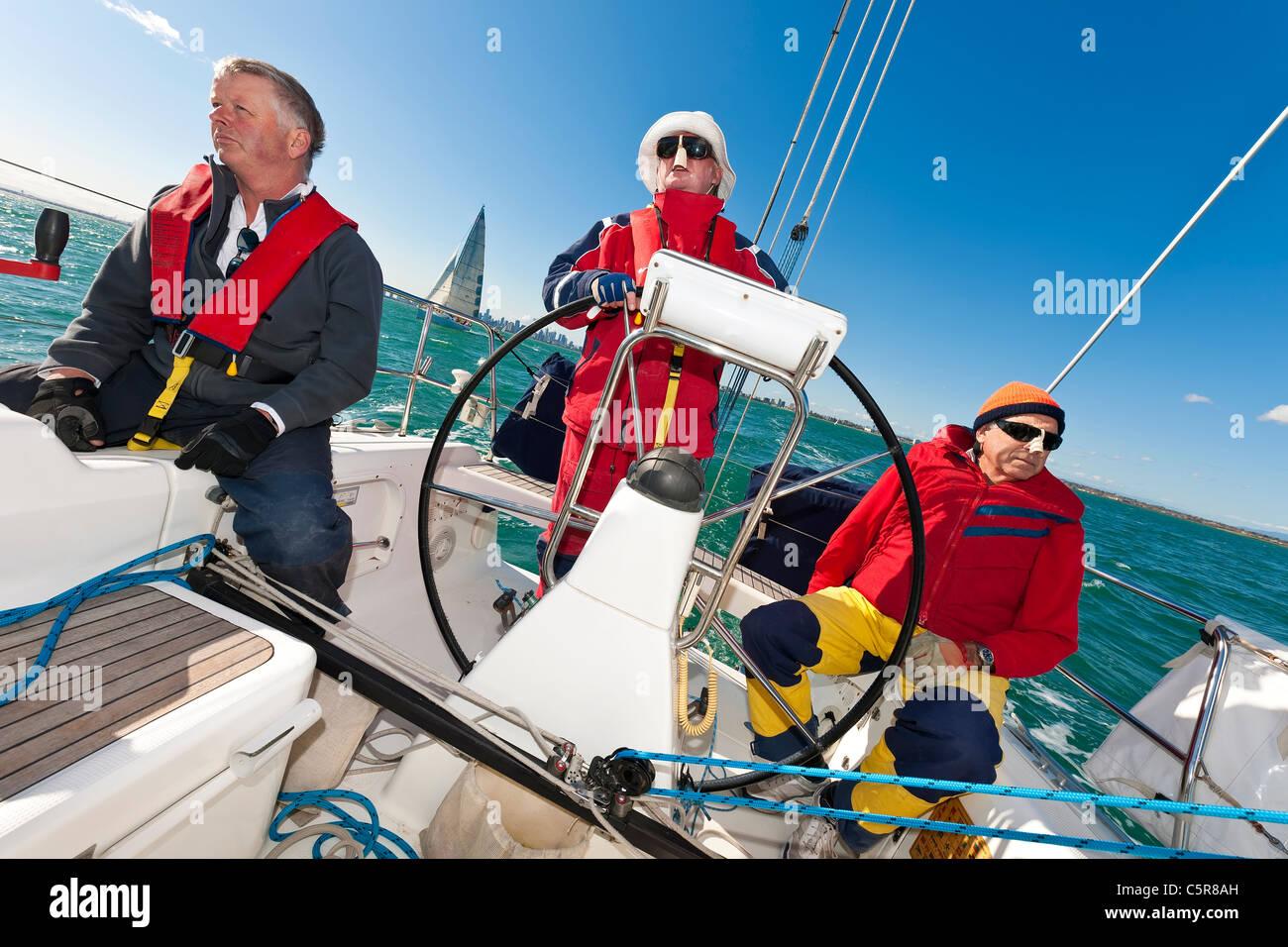 Der Kapitän am Steuer eines Ozeans Yacht während der Rennen zu gehen. Stockbild