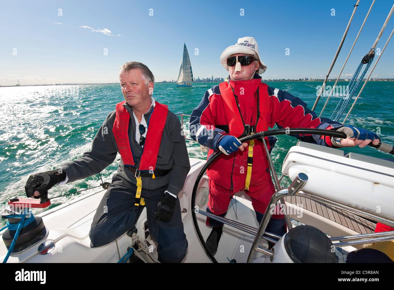 Der Kapitän steuert einen Ozean-Yacht. Stockbild