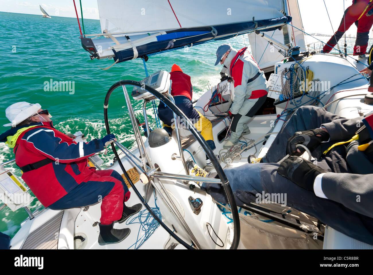 Eine Offshore-Yacht racing Crew beschäftigt Segeln auf dem Meer. Stockbild