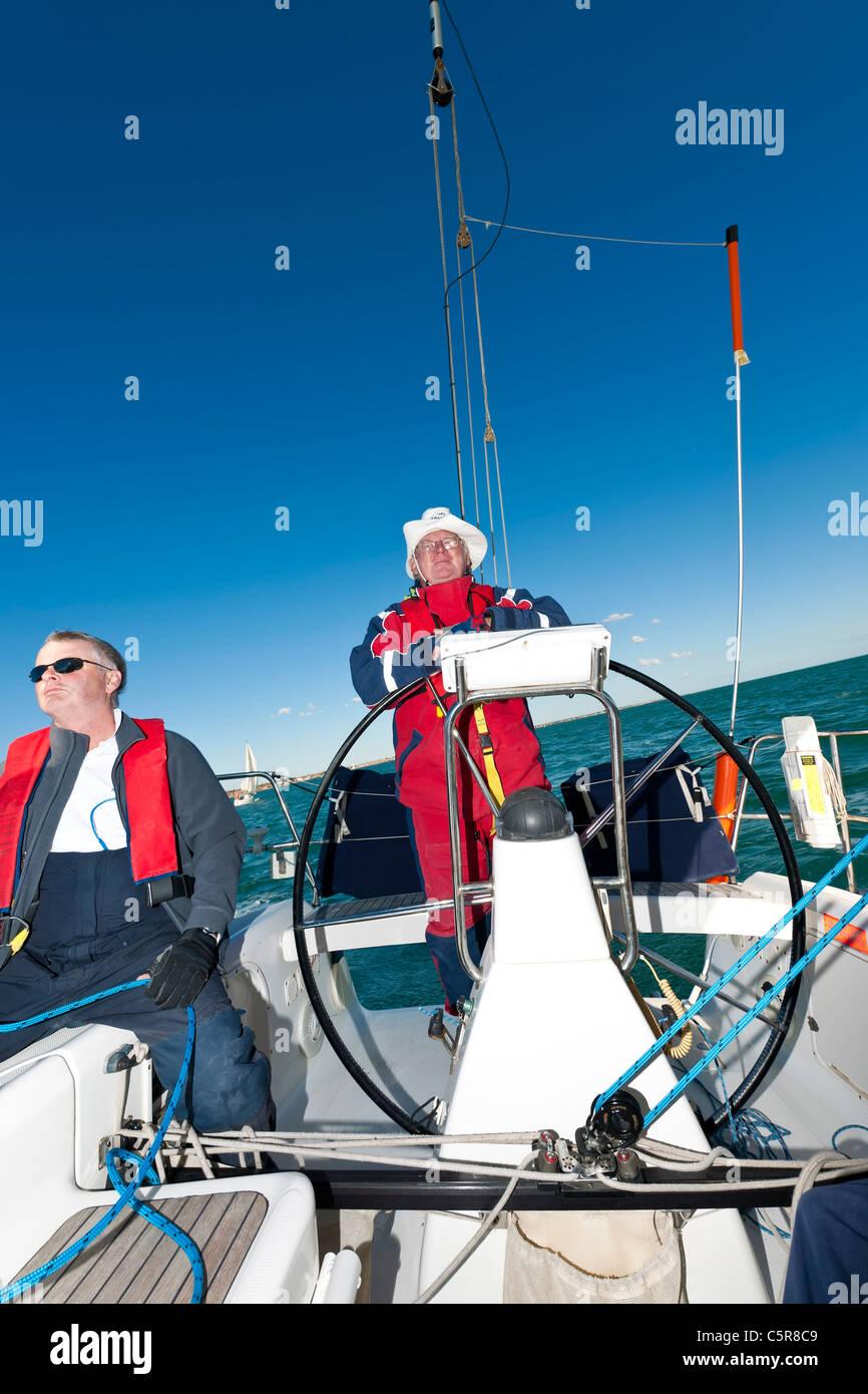 Ozean-Yacht mit Kapitän am Steuer. Stockbild