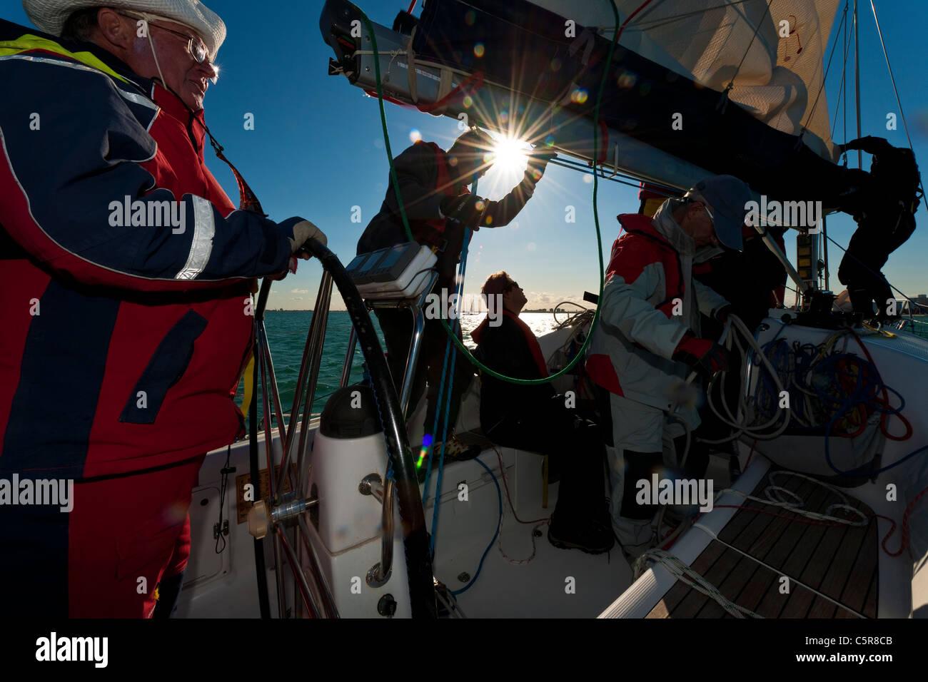 Kapitän am Steuer des Ozean-Yacht mit Crew arbeiten. Stockbild