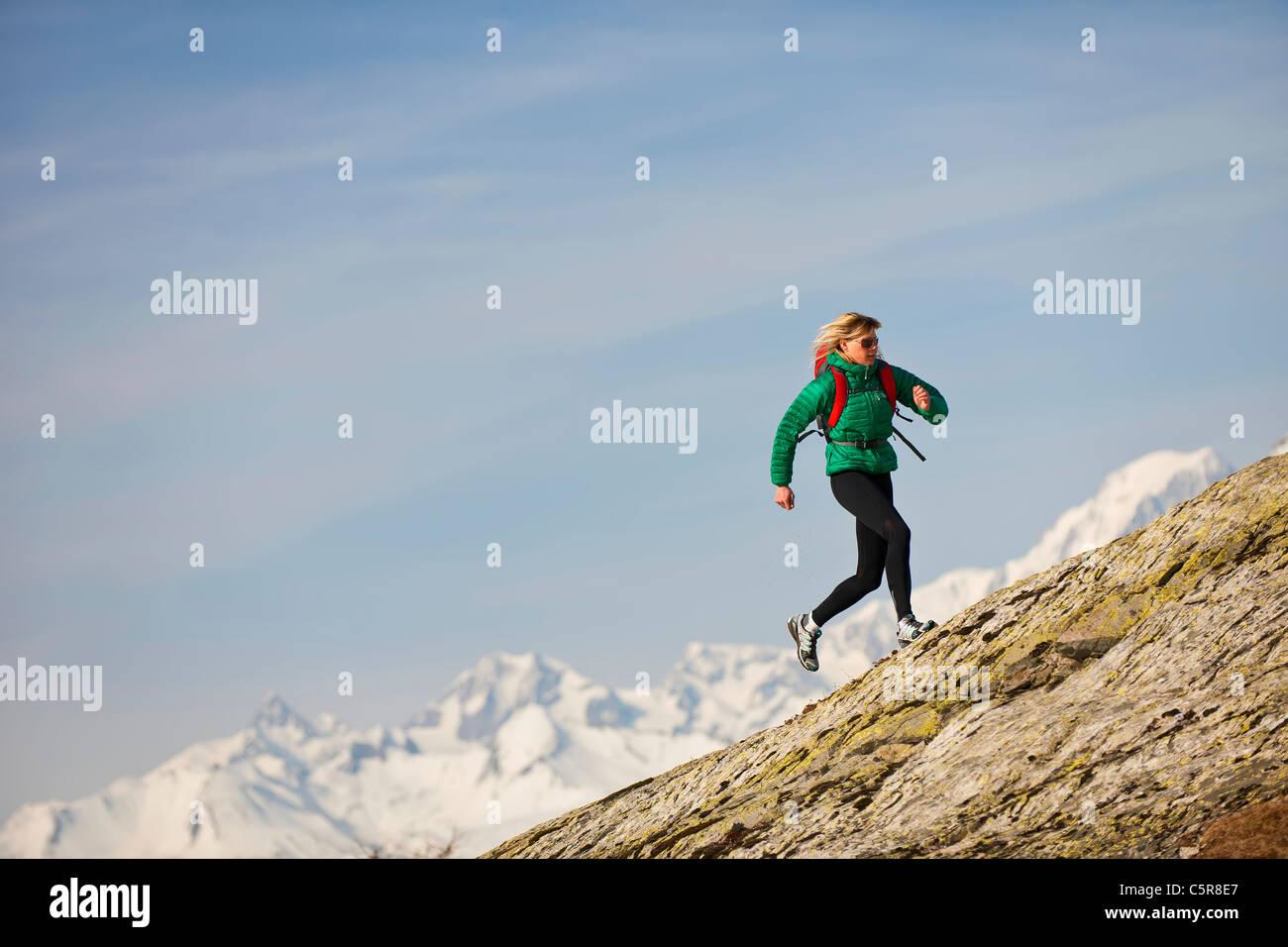 Ein Jogger läuft über Rocky Mountains. Stockbild