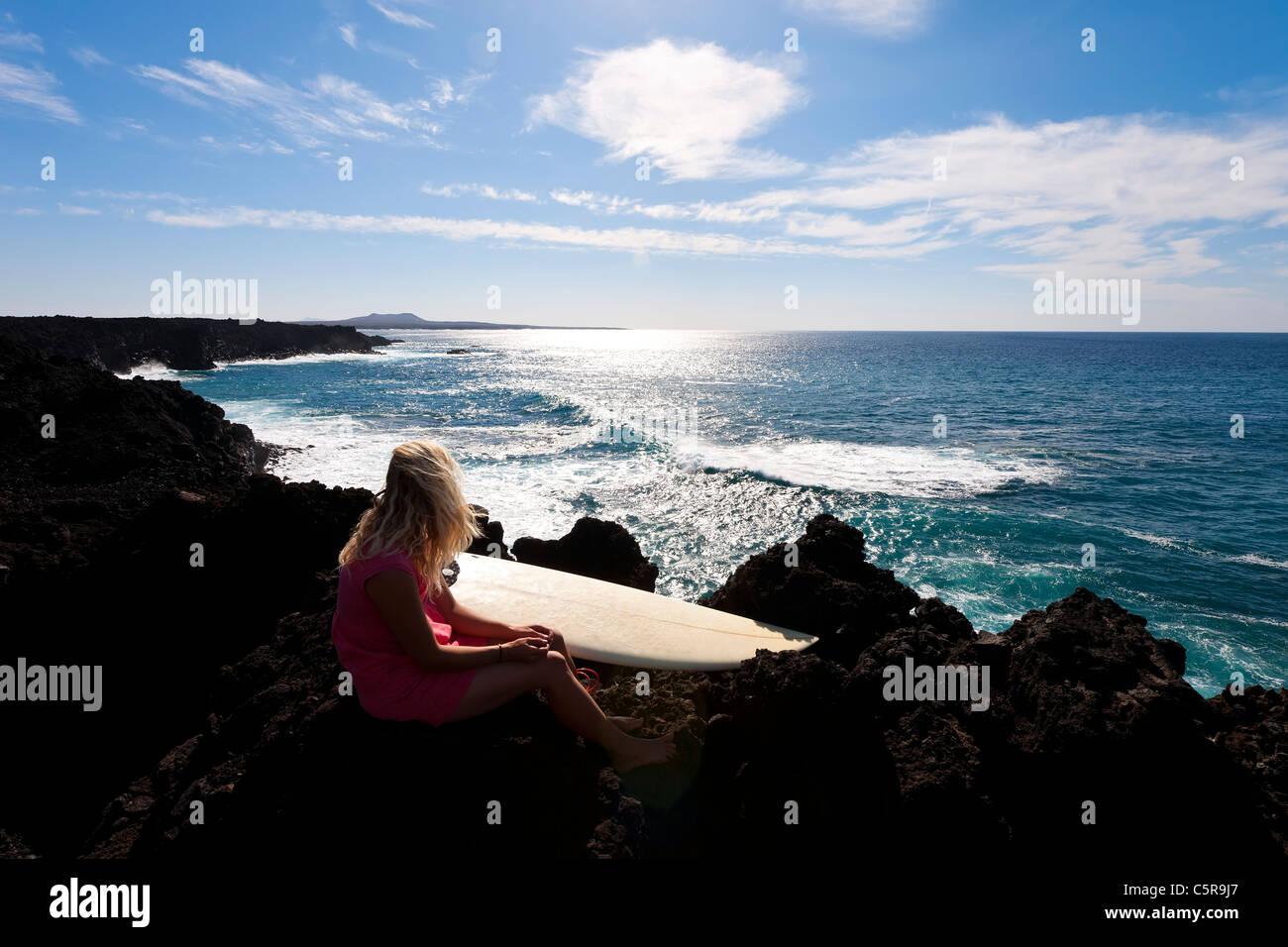 Eine Surfer einen Blick auf den Ozean. Stockbild