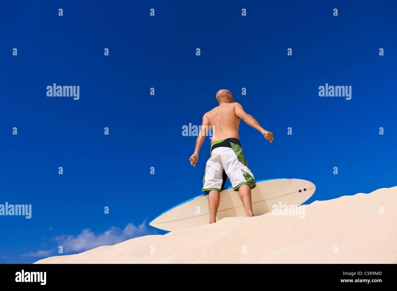 Surfer mit Blick auf Strand. Stockbild