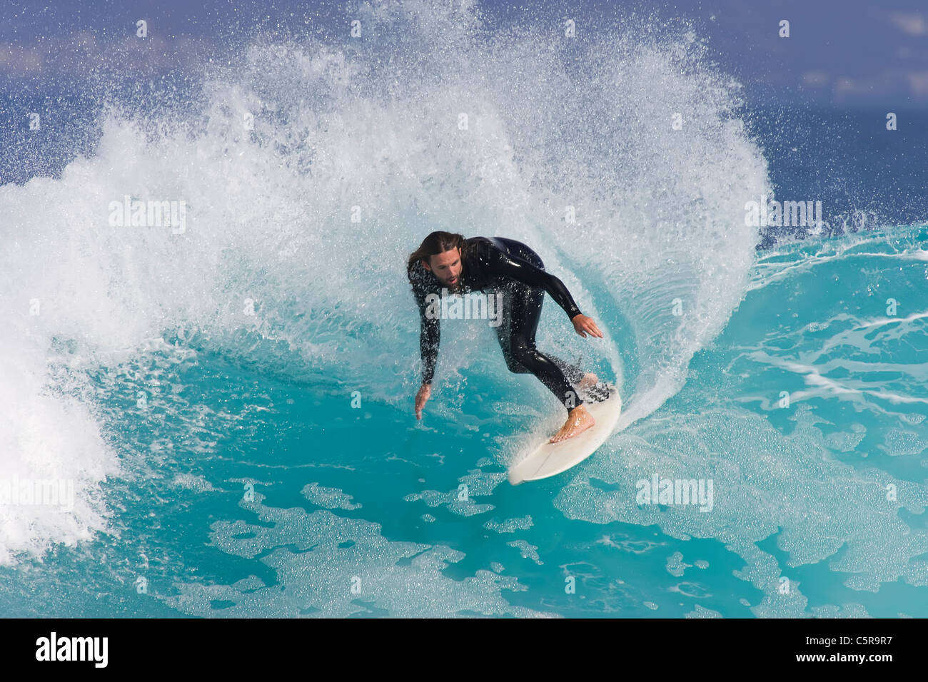 Surfer fährt mit Azure blaue Welle. Stockbild