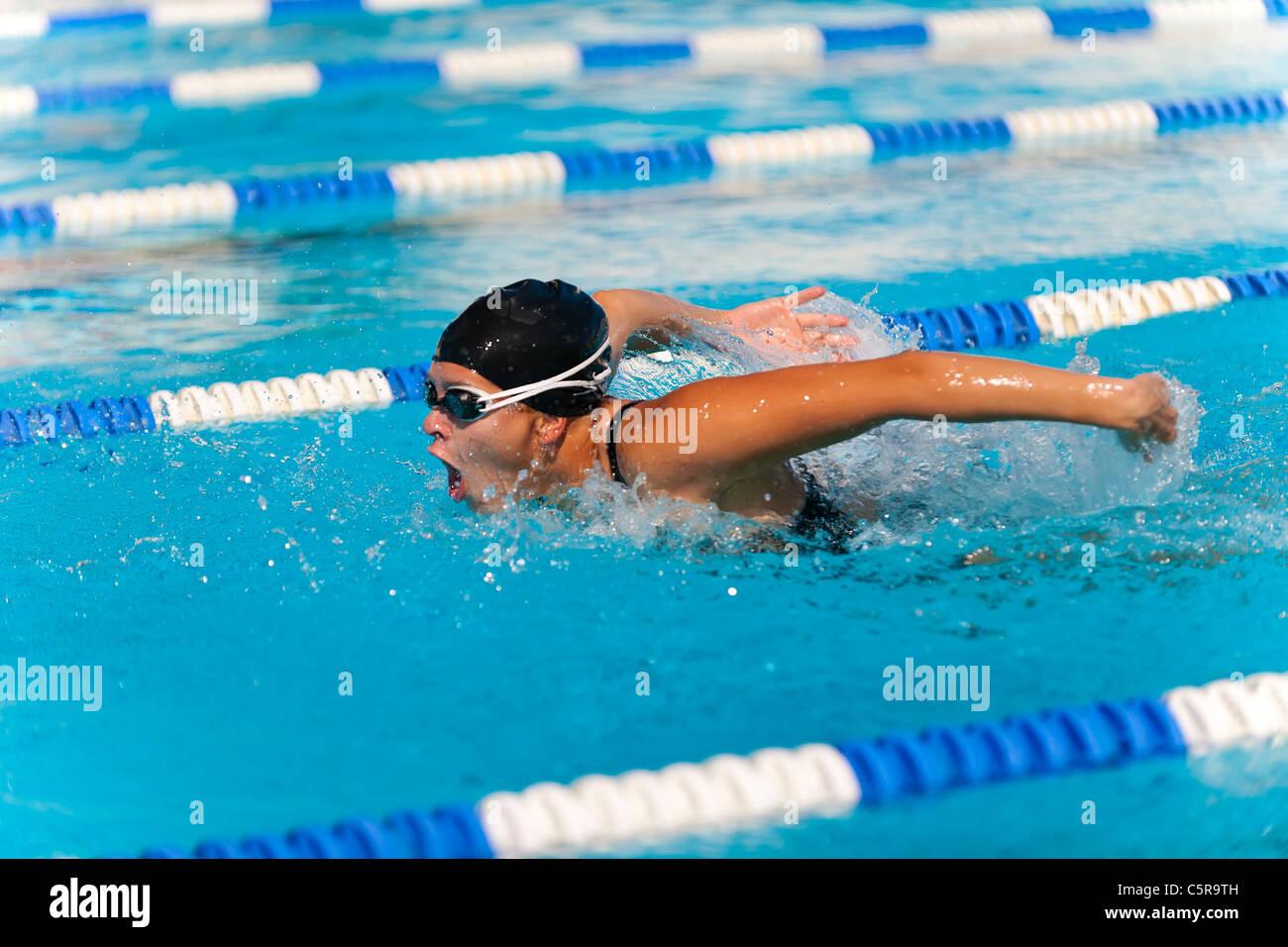 """Ein Schwimmer, die Durchführung des Schmetterlings """". Stockbild"""