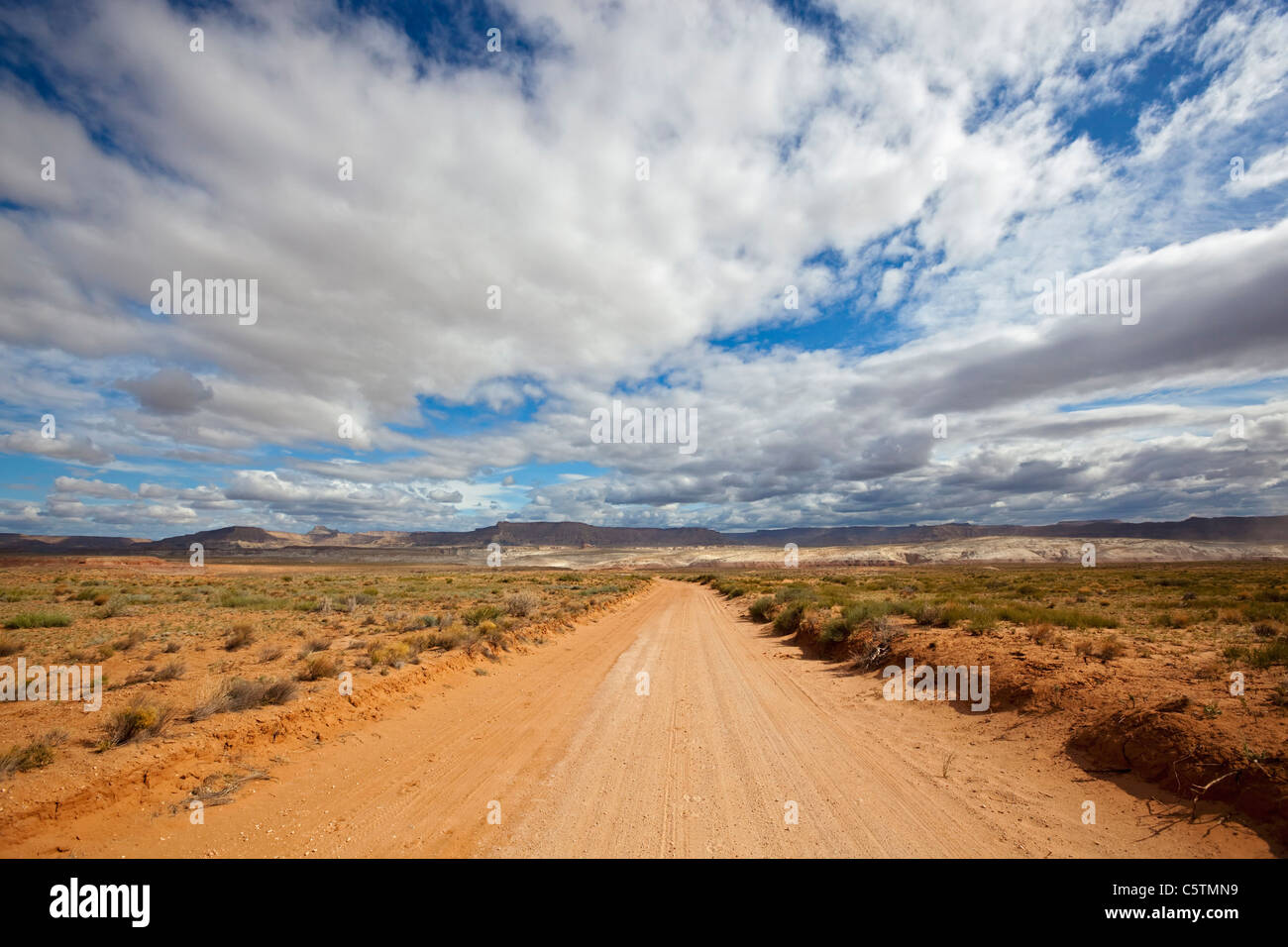 USA, Utah, Deserted Sand track Stockbild