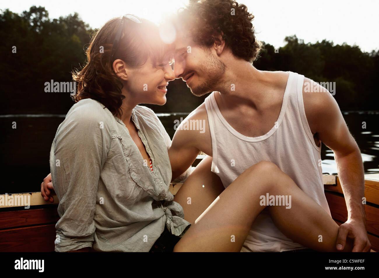 Deutschland, Berlin, junges Paar auf Motorboot, Kopf an Kopf, Porträt Stockfoto