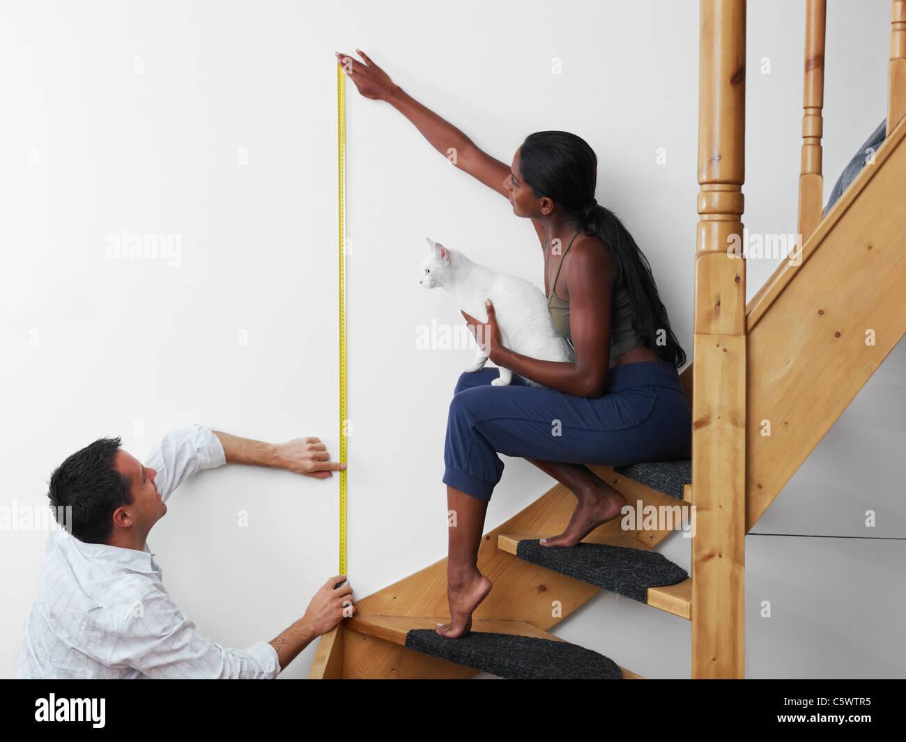 Zum Selbermachen: paar Messung Wand hängen Bild zu Hause. Horizontale Form, Textfreiraum Stockbild