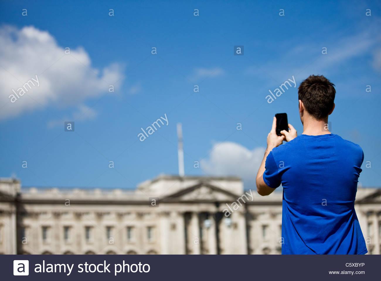 Ein junger Mann, ein Bild von Buckingham Palace Stockbild