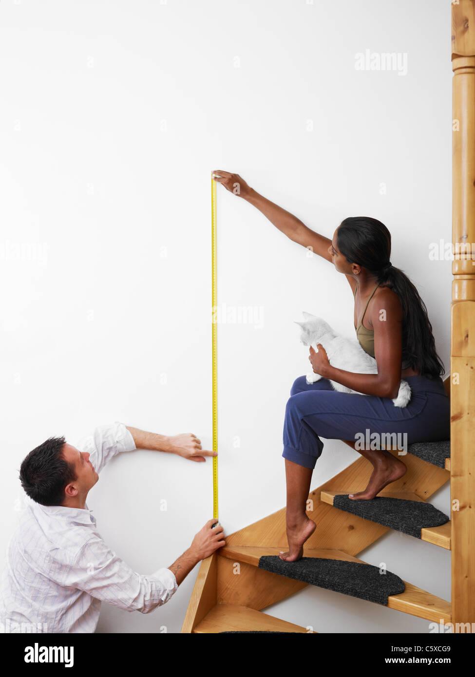 Zum Selbermachen: paar Messung Wand hängen Bild zu Hause. Vertikale Form, Textfreiraum Stockbild
