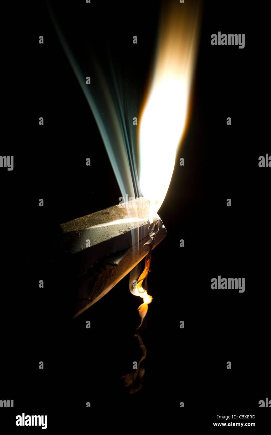Magnesium-Band brennt. Ein typischer High-School-Chemie-experiment Stockbild