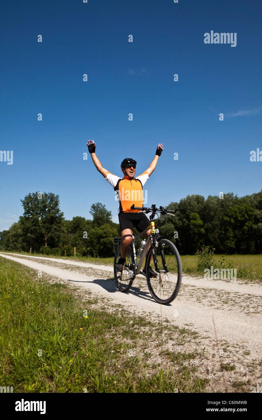 Biker auf Feldweg jubeln Stockbild