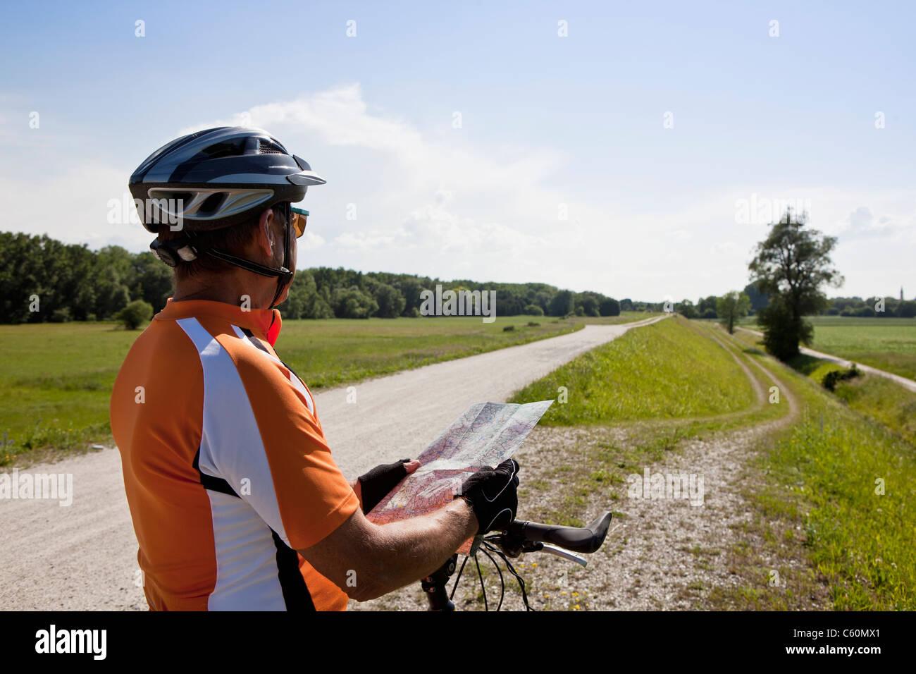 Biker auf Landstraße Karte lesen Stockbild