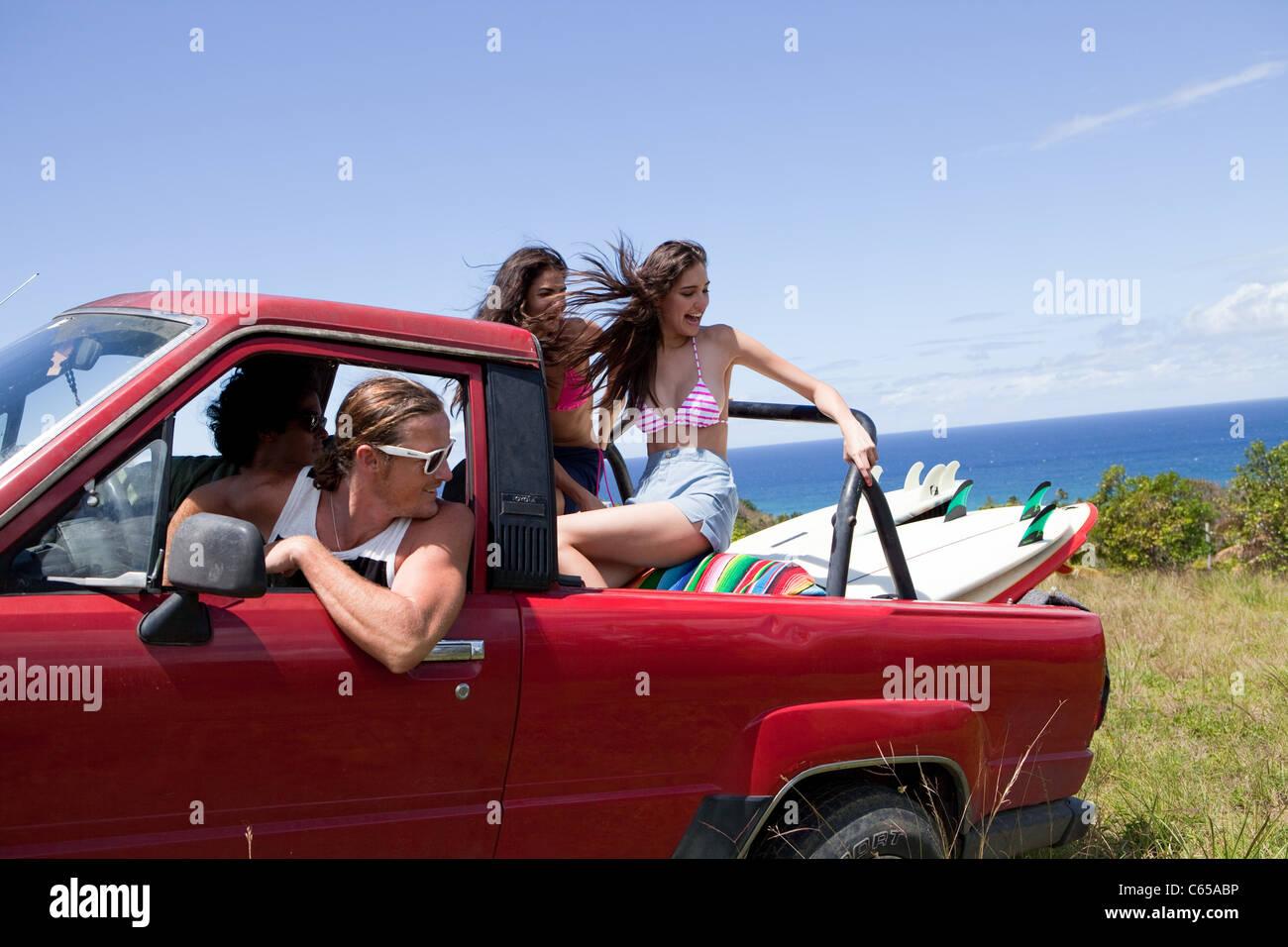 Vier junge Freunde fahren Geländewagen im Urlaub Stockbild