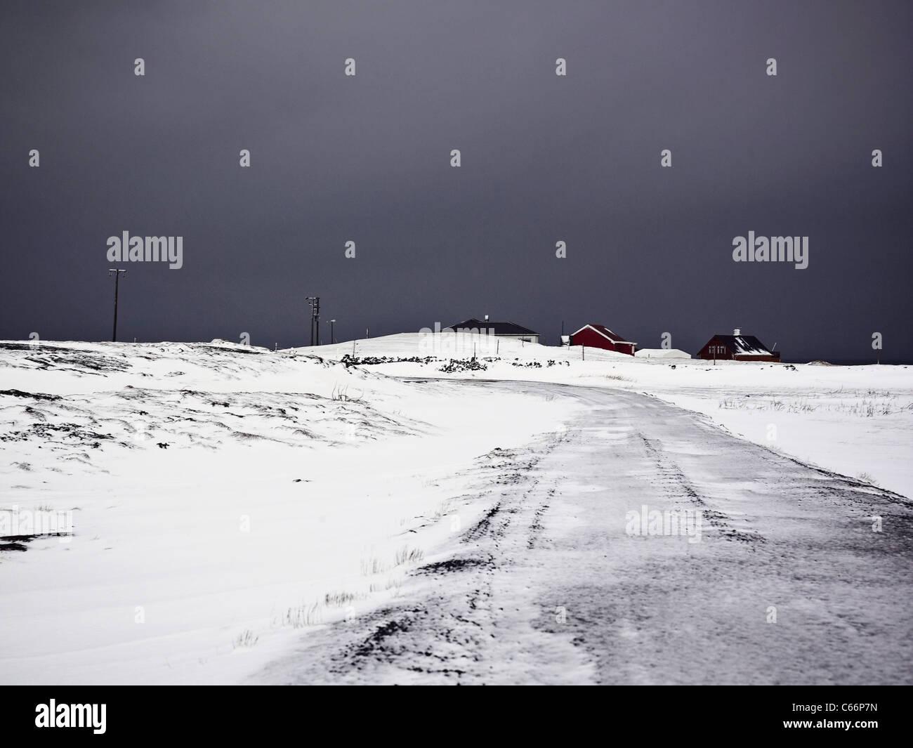 Häuser auf verschneiten Feldweg Stockbild